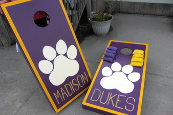 paint your own set of cornhole board or buy a set for some tailgating fun #PreppyPlanner