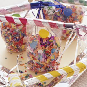 New Year's Eve Party: fun confetti and noise maker goodie bags for all the guests #PreppyPlanner